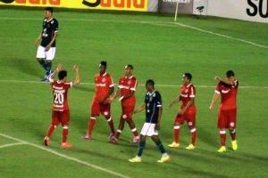 O Goiás jogava em casa quando aos 35 minutos do segundo tempo o zagueiro Pedro Henrique fez um gol contra (Foto: Leoiran)