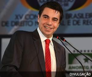 """Queremos saber se os familiares de Aécio foram beneficiados"", diz Flávio Caetano, coordenador jurídico da campanha de Dilma"