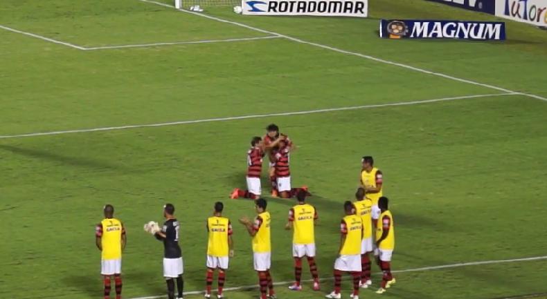 Jogadores atleticanos comemoram o gol da vitória