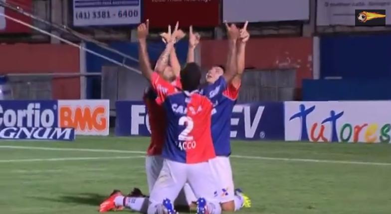Jogadores do Paraná comemoram primeiro gol do jogo