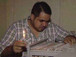 Bruno precisa trabalhar com o auxílio de uma vela (Foto: Reprodução/TV Anhanguera)