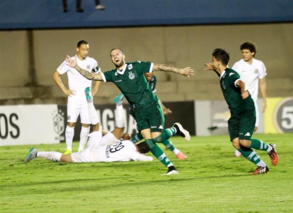 Jogadores esmeraldinos comemoram um dos gols marcados na goleada (Foto: Site Goiás)