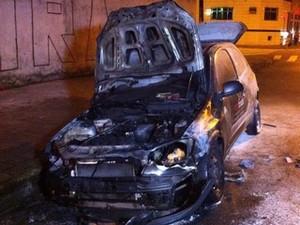 Carro de torcedor ficou destruído (Foto: Divulgação)