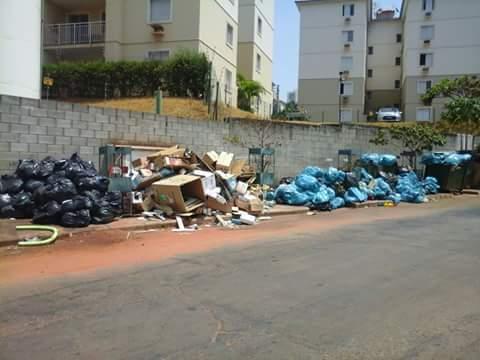 Lixo toma conta de rua no Negrão de Lima