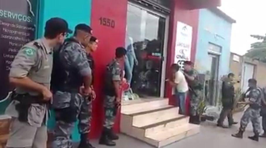 Três homens foram presos, após manterem três pessoas reféns dentro da loja / Foto: reprodução