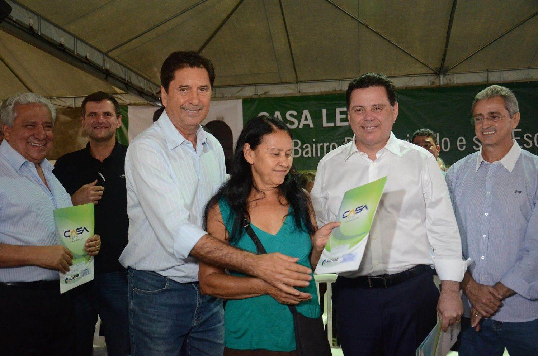 Governador de Goiás Marconi Perillo (PSDB) e prefeito de Aparecida Maguito Vilela (PMDB) na entrega de 500 escrituras no Jardim Tiradentes (Foto: Mantovani Fernandes)