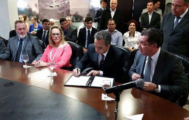 Marconi empossa João Furtado na Casa Civil e Manoel Xavier no Detran-GO (Foto: Governo de Goiás)