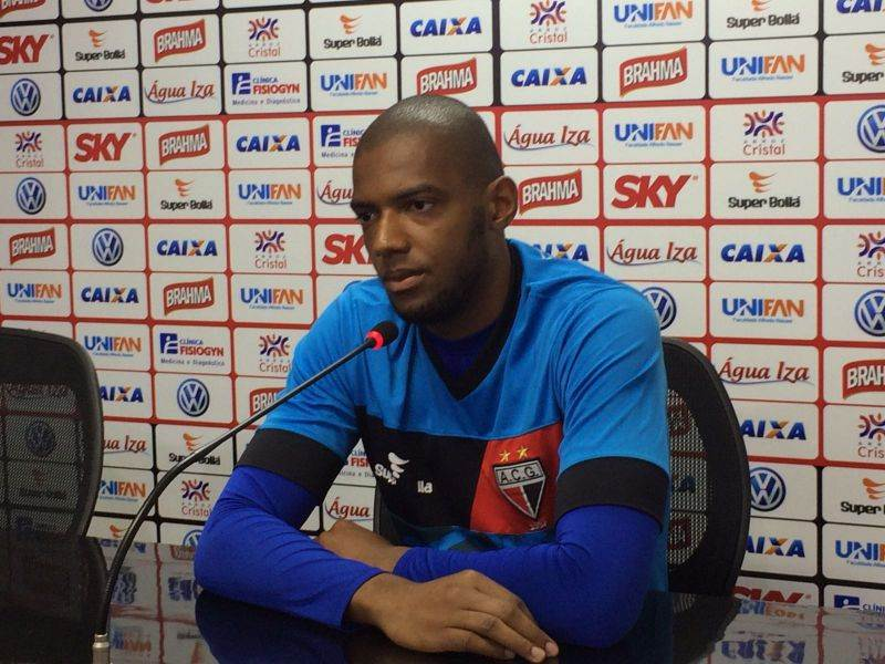 Marcos diz que admira o goleiro do Atlético-GO e pega várias dicas (Foto: Pedro Marinho/Rádio 730)