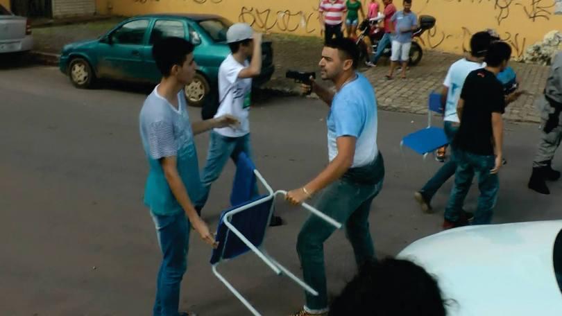Suposto policial sem identificação aponta arma para estudante secundarista em manifestação em Goiânia (Foto: Reprodução / Desneuralizador)