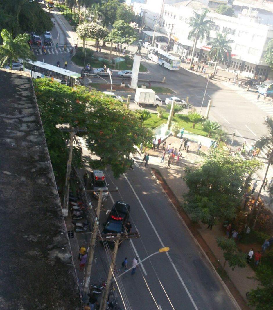 Trecho da Avenida Goiás foi interditado no momento da busca pelos assaltantes (Foto: Reprodução / leitores)