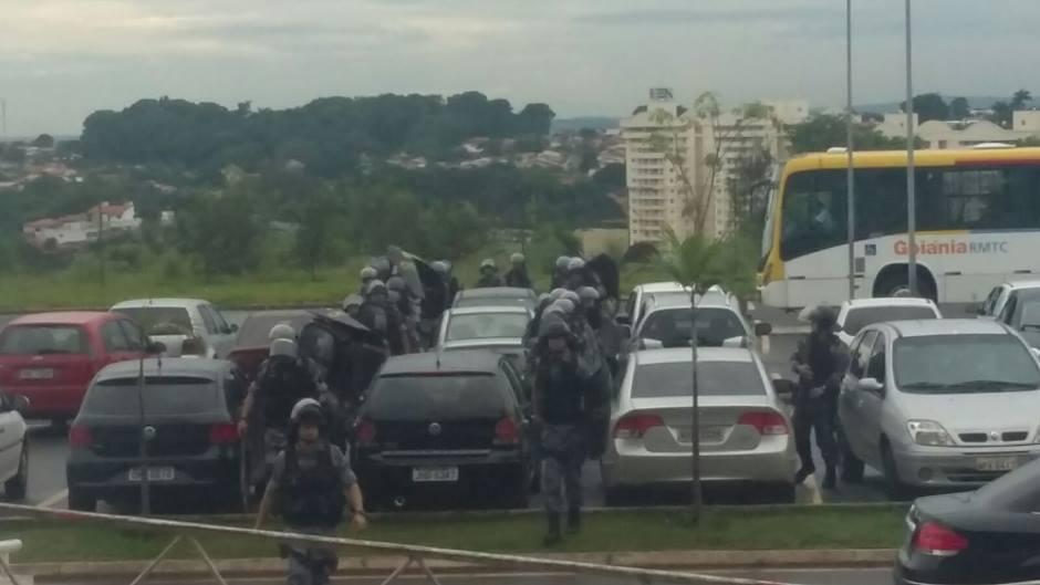 Forte aparato policial foi convocado para apoiar trâmites do processo de aplicação das OSs na Educação (Foto: Reprodução)