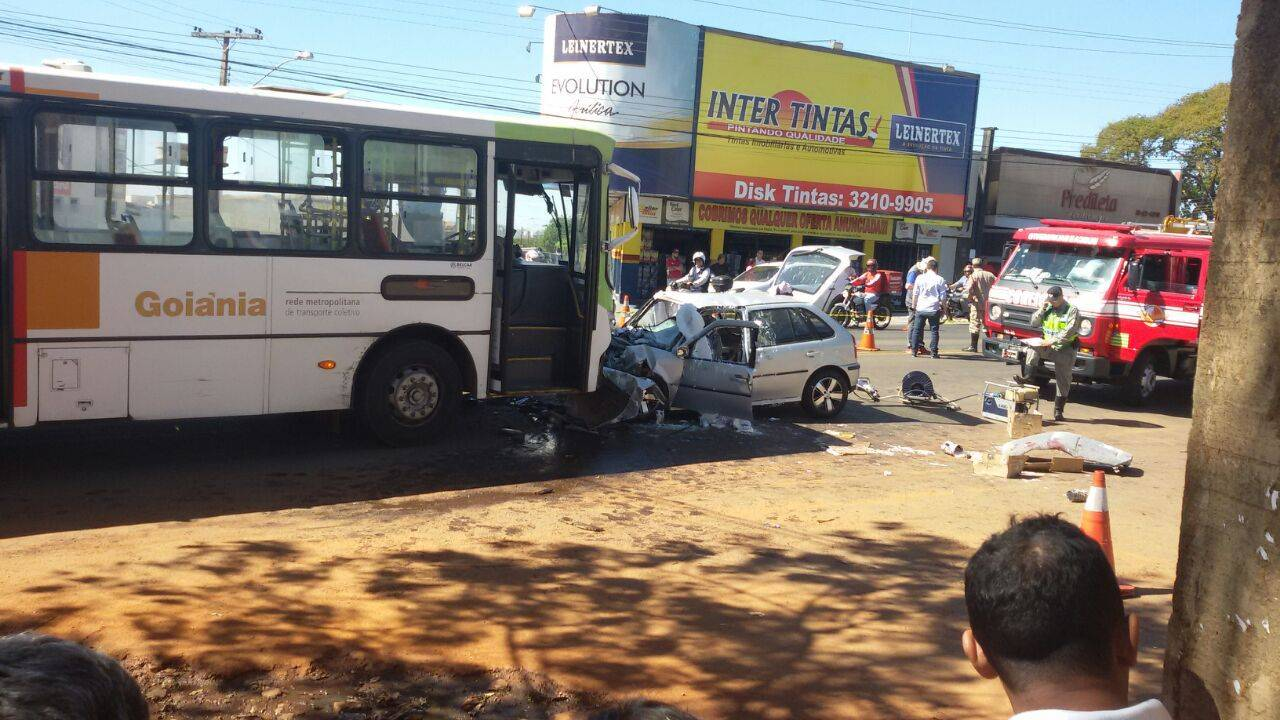 Um jovem de 26 anos invadiu a pista contrária e bateu de frente com um ônibus na manhã de hoje (25)   Foto: Guilherme Coelho