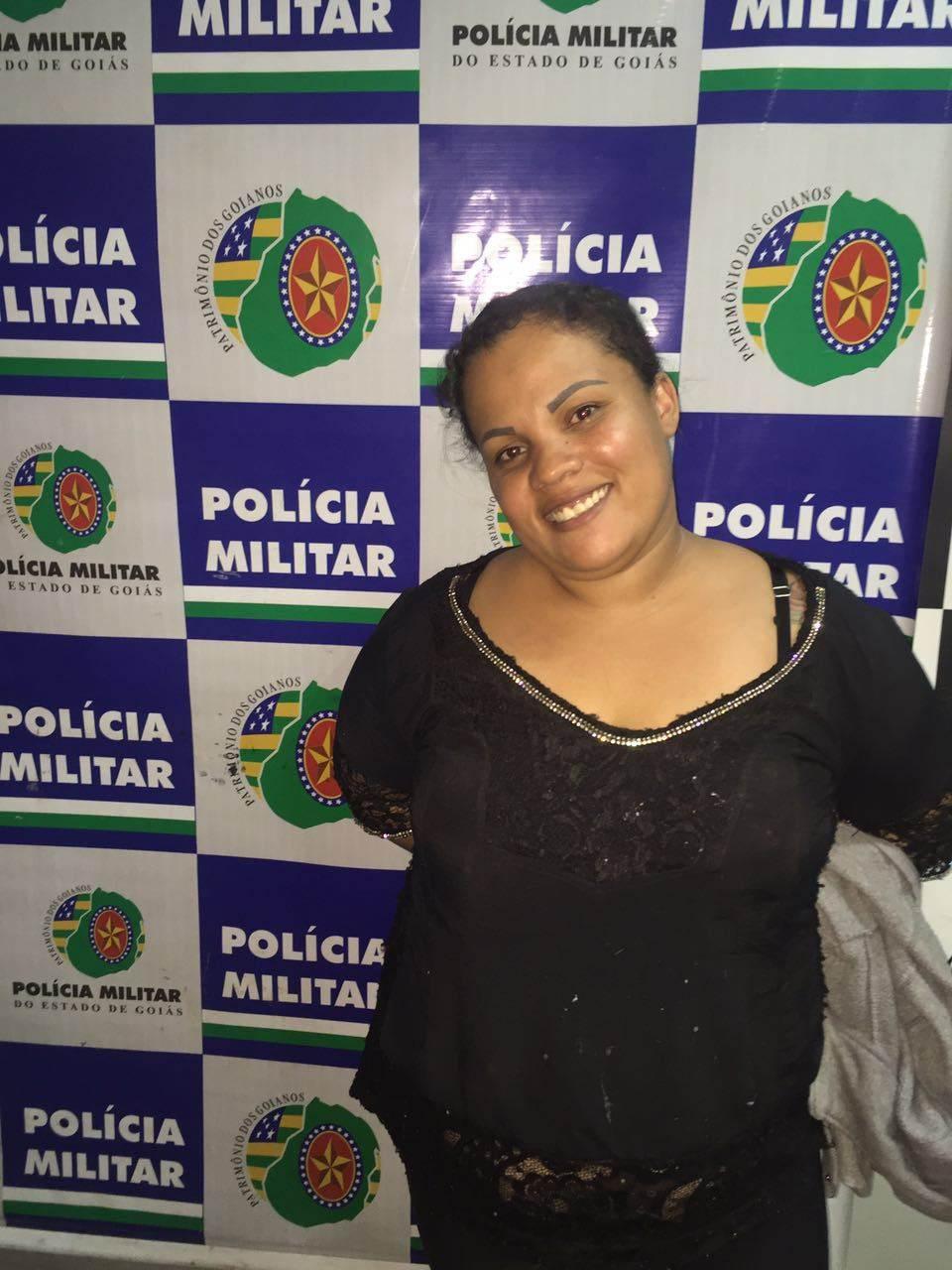 Ludilane posa para foto sorrindo ao se apresentar a PM