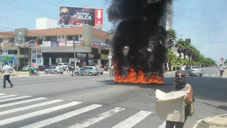 Secundaristas paralisam o trânsito na Avenida Rio Verde  Foto: Divulgação