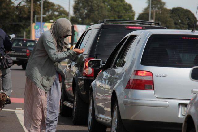 Pedintes são comuns nas grandes avenidas das capitais como Goiânia; polícia, porém, recomenda que motoristas não deem esmola de qualquer natureza (Foto: Reprodução)
