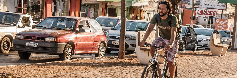 Contraste entre carros e bicicleta: Ainda de forma tímida, Charles já vê mudanças no comportamento das pessoas | Foto: Ângela Macário