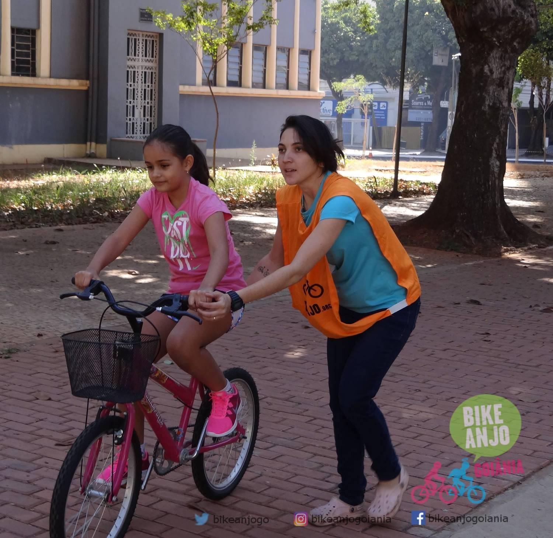 Exemplos que inspiram: Larissa Cantarelli ajuda pessoas a começarem andar de bike em Goiânia | Foto: Divulgação