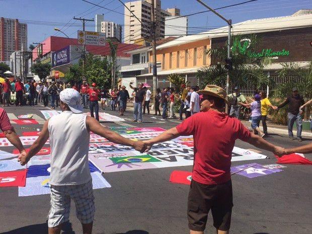 Manifestantes fazem uma ciranda para protestar contra Michel Temer  Foto: Murillo Velasco/G1
