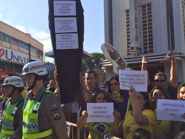Dezenas de pessoas protestaram contra o ministro Ricardo Lewandowski no centro da capital  Foto: Murillo Velasco/G1