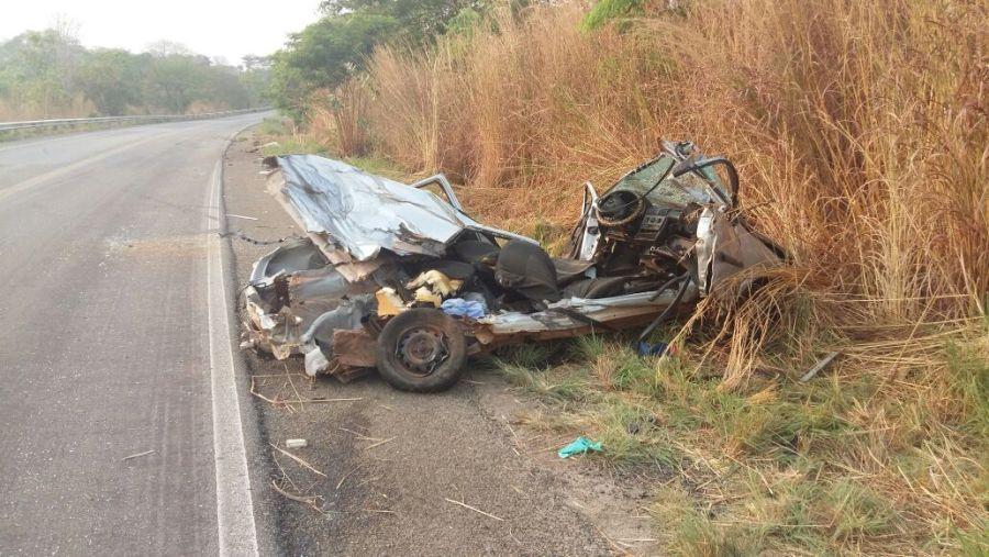 Um homem morreu em um acidente envolvendo um carro de passeio e um micro-ônibus na GO-070| Foto: Reprodução/WhatsApp