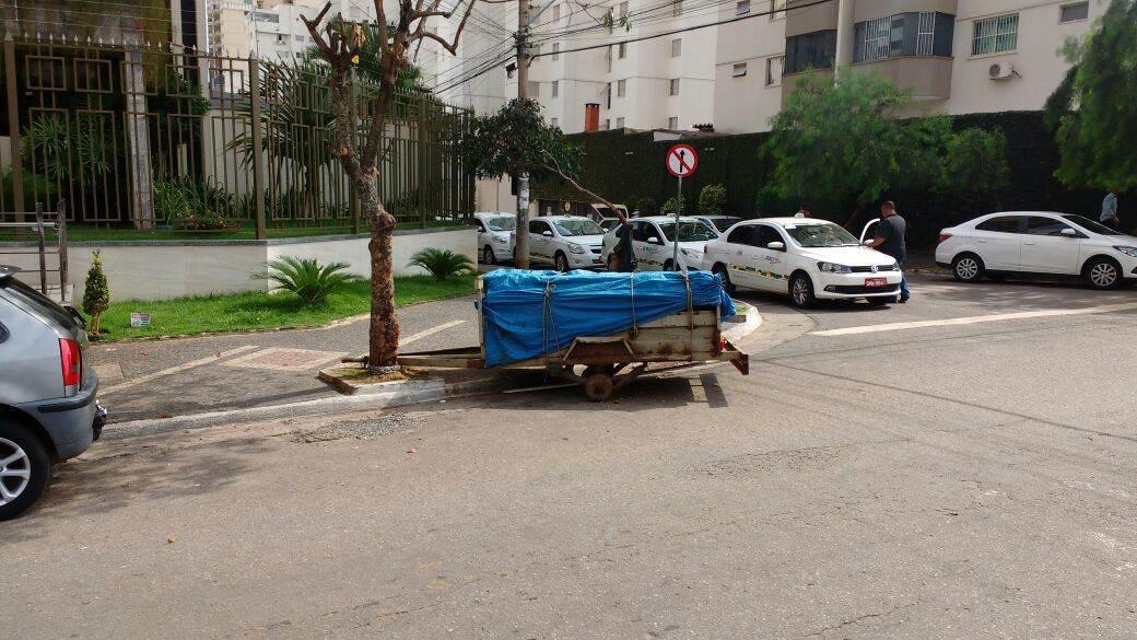 Em via movimentada, ninguém viu os ladrões de rodas cometerem o crime (Foto: Folha Z)