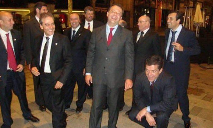 Sérgio Cabral e Fernando Cavendish aparecem juntos em foto, no primeiro plano, à direita (Foto: Reprodução)