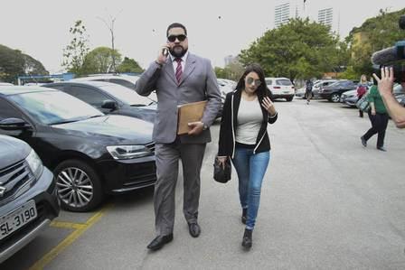 Jornalista chega ao Juizado Especial Criminal para audiência do caso Biel  Foto: Amauri Nehn/ Extra