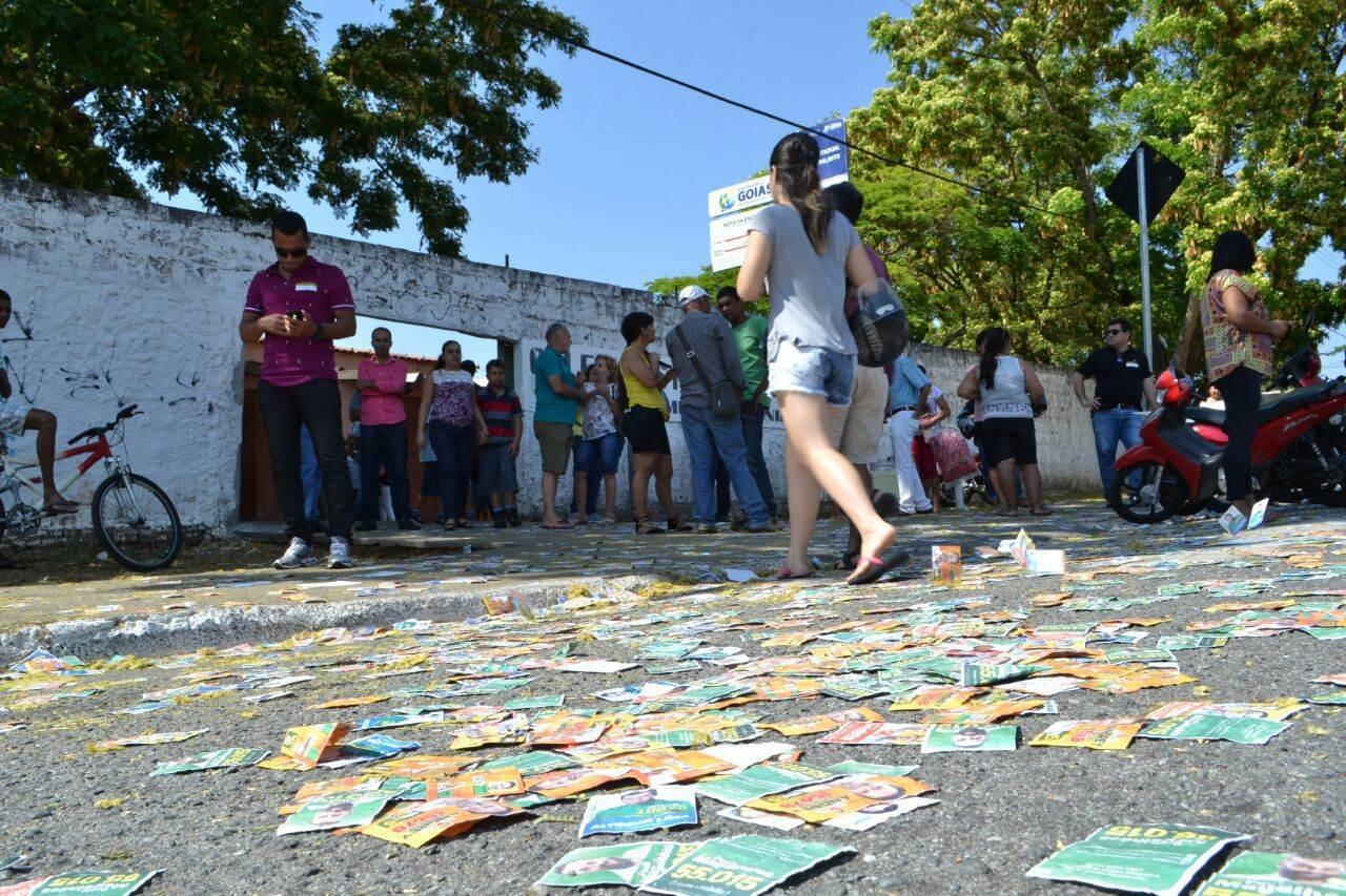 Santinhos inundam locais de votação (Foto: João Araújo)