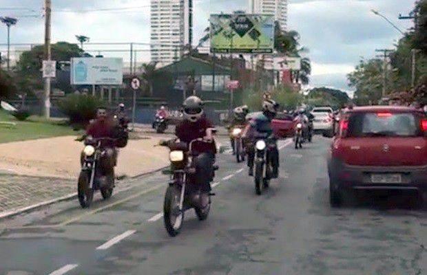 Motociclistas são filmados trafegando pela contramão na Avenida T-15, no Setor Bueno, ao lado do Parque Vaca Brava | Foto: Reprodução