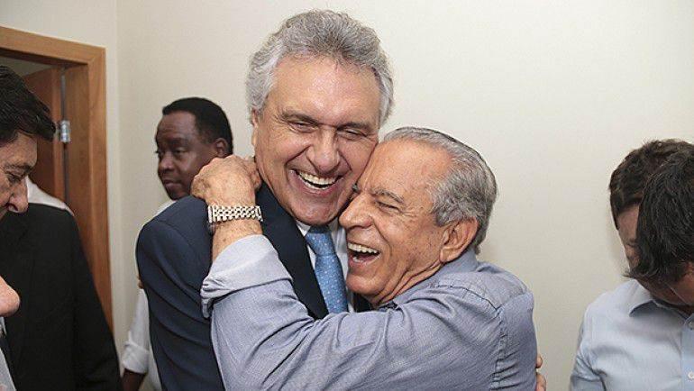 Senador Ronaldo Caiado (DEM) abraça prefeito eleito de Goiânia Iris Rezende (PMDB)   Foto: Reprodução