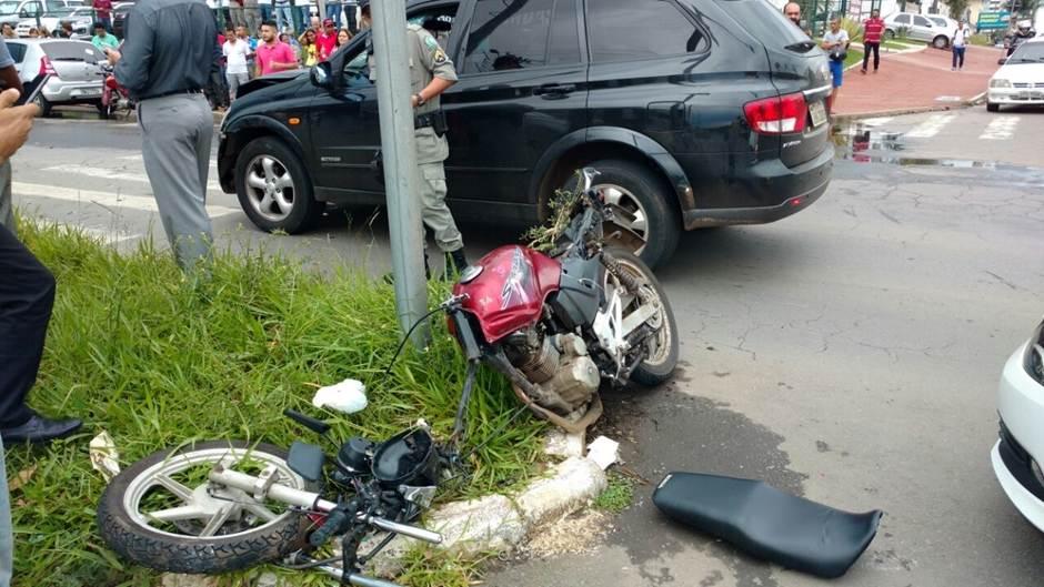 De acordo com a PM, a força da batida foi tão forte que a motocicleta se partiu em duas | Foto: leitor do Mais Goiás