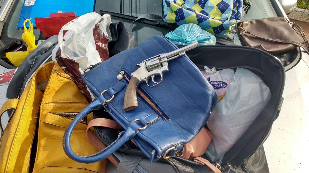 Os menores utilizam a arma para furtarem objetos das vítimas| Foto: Divulgação/Polícia Militar