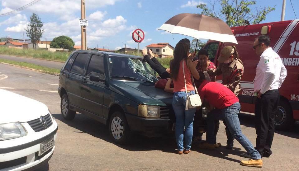 Mulher quebrou a perna ao ser arremessada sobre o capô de carro | Foto: Pablo Rodrigues/Leitor do Folha Z