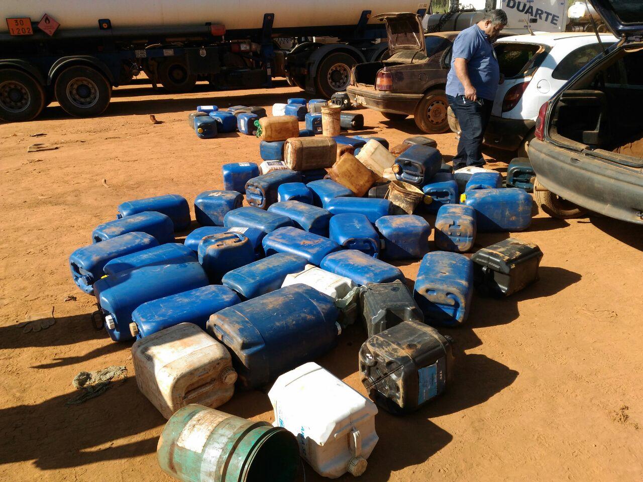 Mais de trezentos galões de combustível apreendidos | Foto: Divulgação/PC