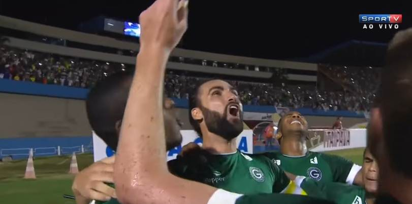 Goiás   Léo Gamalho comemora com os companheiros o gol da vitória sobre o Flu   Foto: divulgação