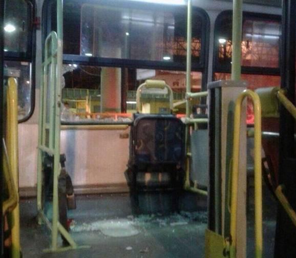 Ônibus ficou destruído após ação dos torcedores   Foto: Divulgação/PM