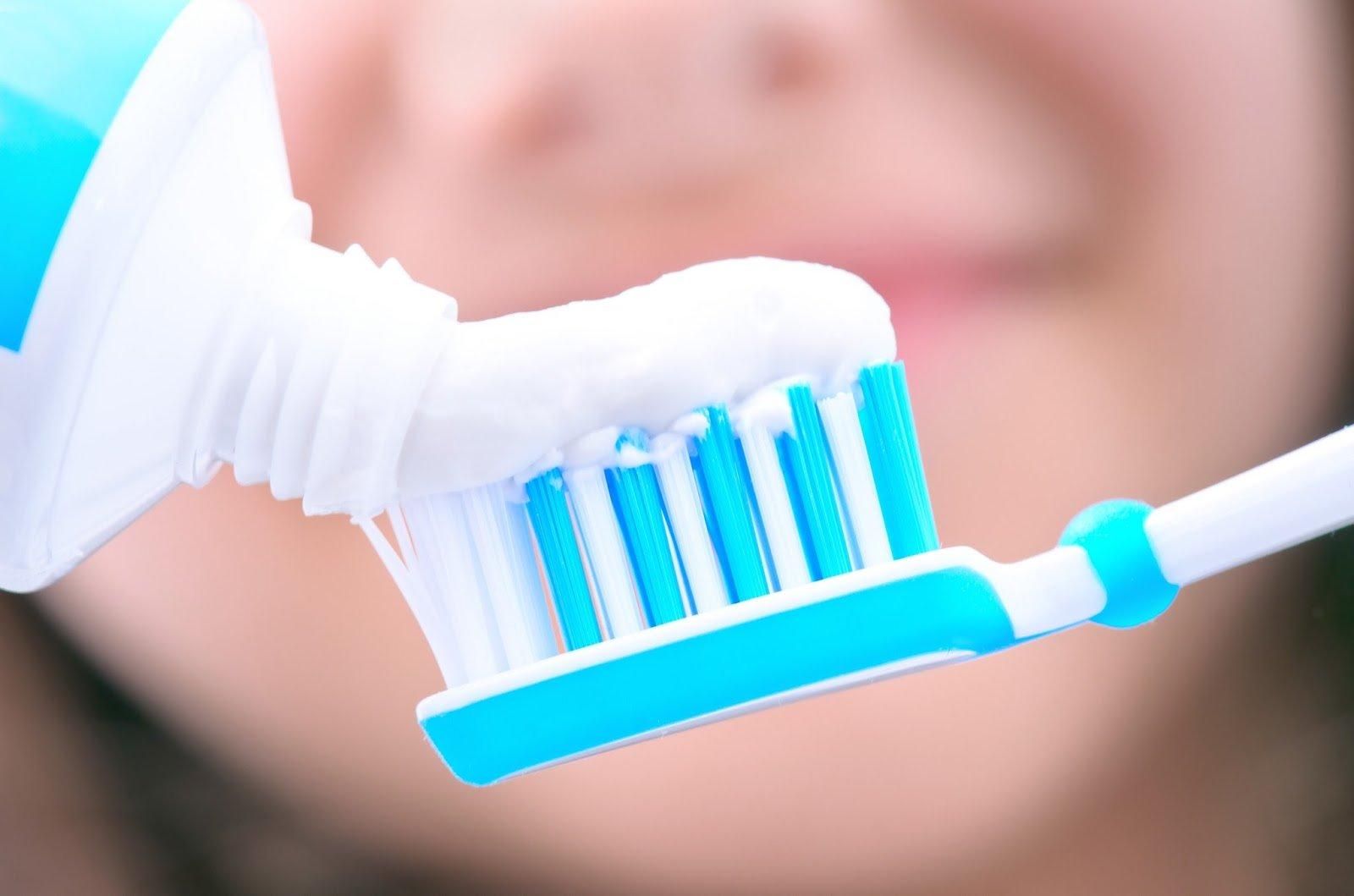 Não é preciso encher a escova de creme dental para limpar bem os dentes | Foto: Reprodução
