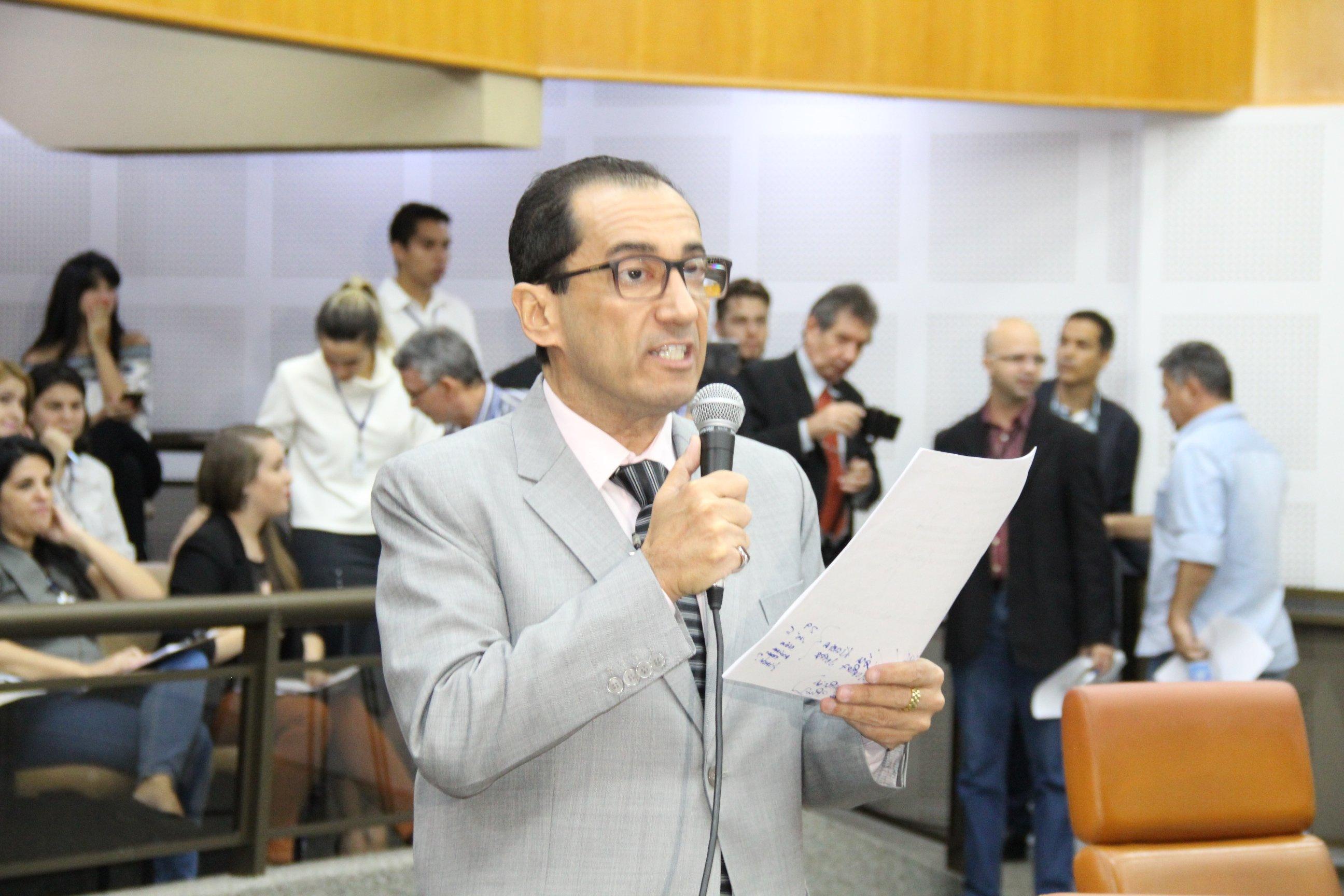 Jorge Kajuru (PRP) usa tribuna para pedir demissão de secretário de Iris Rezende   Foto: Eduardo Nogueira
