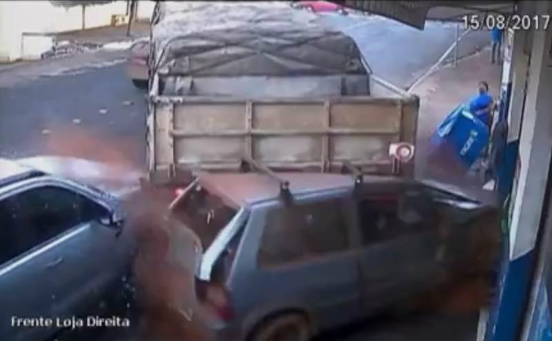 Carreta desgovernada acabou invadindo loja e deixando uma ferida | Foto: Reprodução