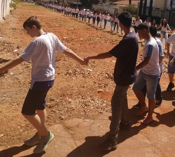 Colegas homenageiam Tamires com um abraço simbólico ao redor do colégio | Foto: Folha Z