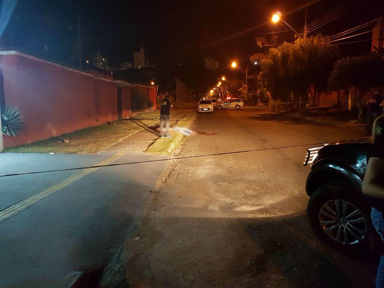 Homem foi baleado após invadir casa no Jardim América | Foto: Folha Z