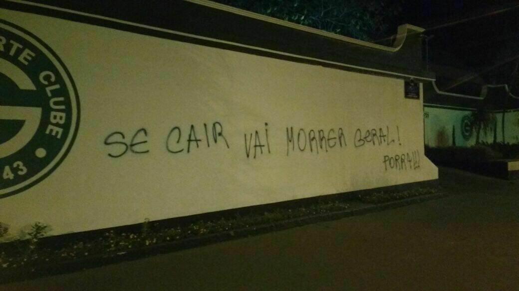 Pichação deixou ameaça em muro a Serrinha | Foto: Leitor/WhatsApp
