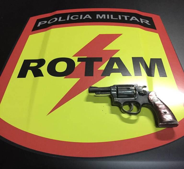 Revólver Taurus calibre 38 foi apreendido com o suspeito | Foto: Divulgação/PM