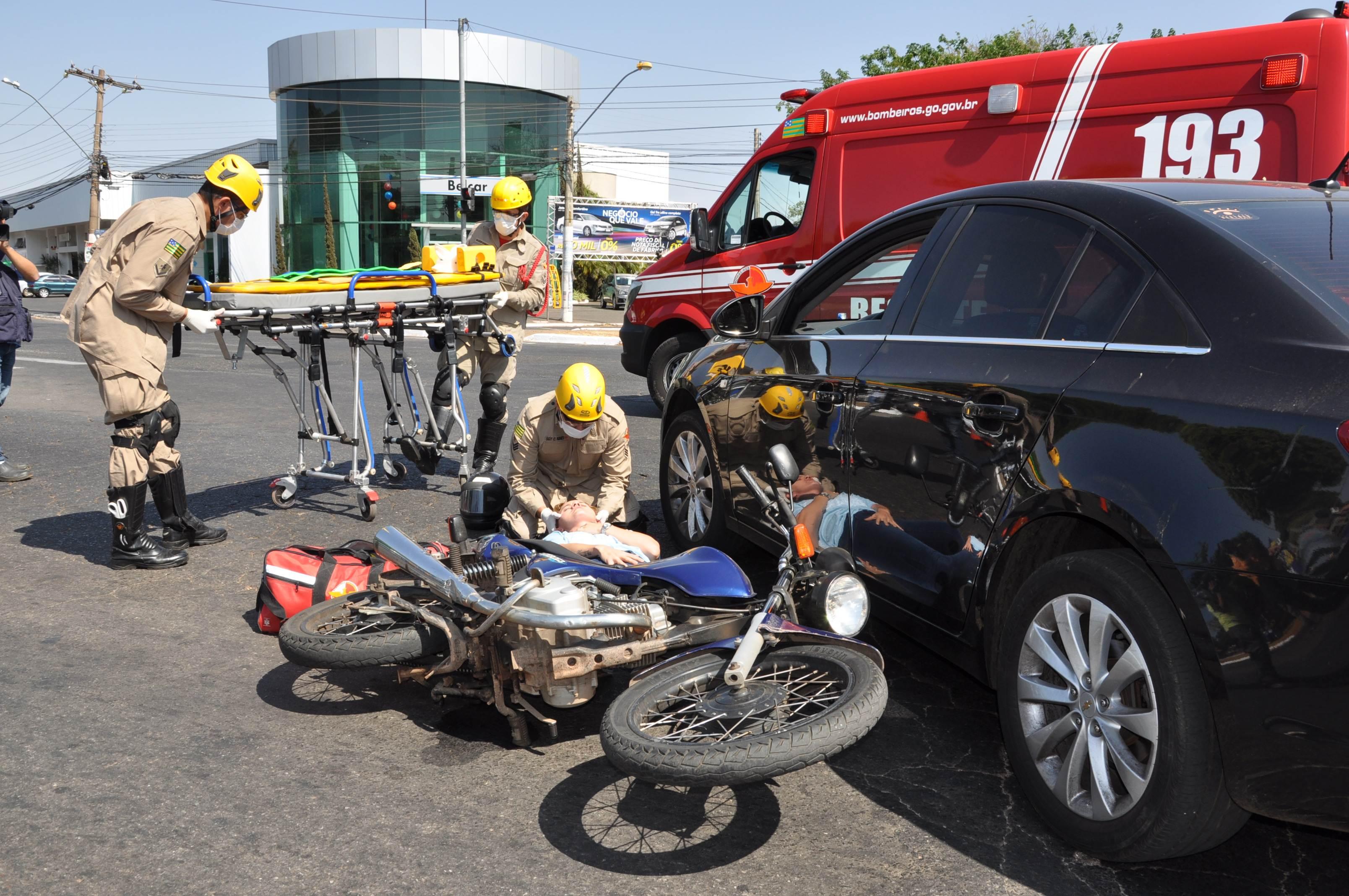 Simulação de acidente, realizada pelo Corpo de Bombeiros, em parceria com o Detran-GO, alerta população para os riscos do desrespeito às leis de trânsito   Foto: Divulgação / Detran-GO