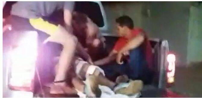 Homem foi levado até o hospital na carroceria de caminhonete | Foto: Leitor/WhatsApp