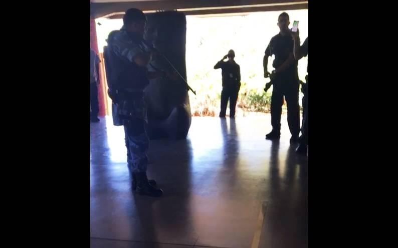 Seguranças se recusaram a atender à ordem dos guardas e o impasse seguiu por vários minutos   Foto: Reprodução