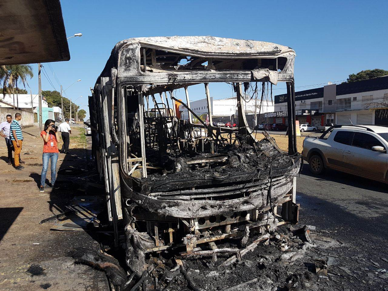 Ônibus foi consumido pelas chamas no Setor Parque Amazônia, em Goiânia | Foto: Folha Z