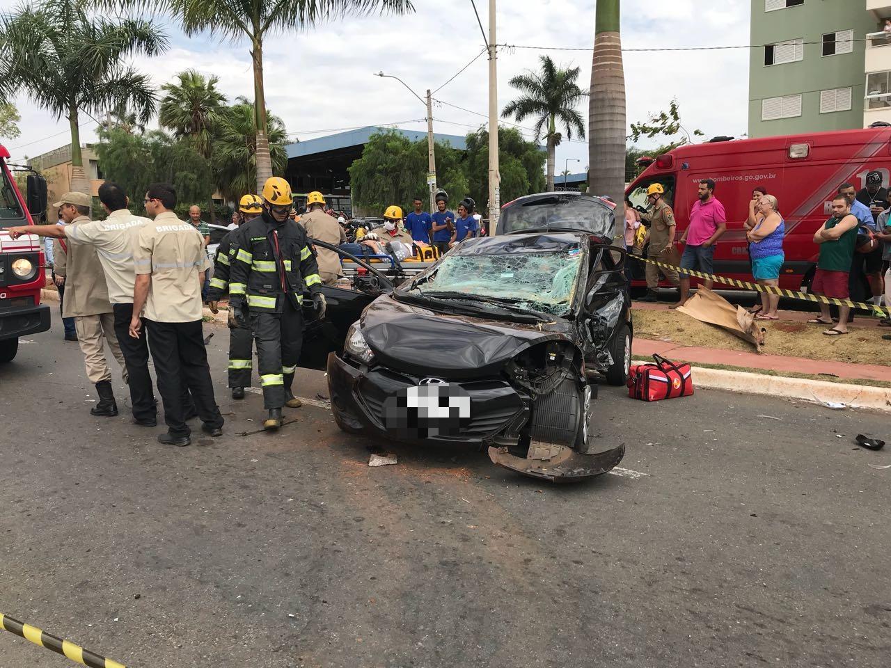 (Acidente na Vila Alpes )Veículo foi atingido na lateral esquerda   Foto: Corpo de Bombeiros