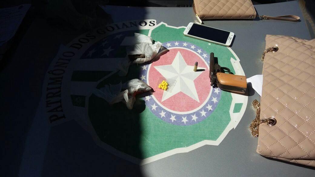 Com os suspeitos, foram identificados osobjetos roubados e a arma usada no crime, do tipo garrucha de dois canos, com duas munições intactas de calibre 32, além de uma porção de droga   Foto: Divulgação / PMGO