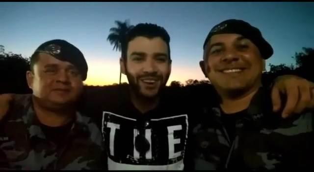 Gusttavo Lima apareceu em vídeo entre o comandante do batalhão tenente coronel HrillnerBraga Ananias e do capitão Alex Jorge das Neves | Foto: Reprodução / Instagram